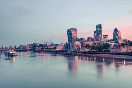 Wolkenkrabbers in de bezinning van Londen in de rivier van Theems. Stockfoto
