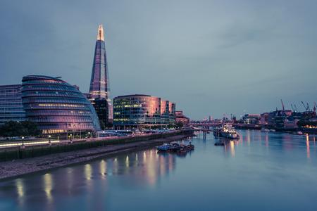 Mening van Torenbrug in Londen bij verlichte cityscape. Redactioneel