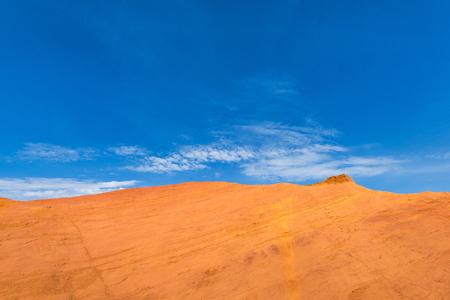Rode berg en blauwe hemel, de Provence, Frankrijk in Rood Colorado Park