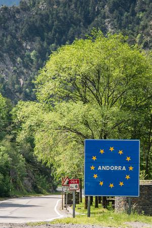 スペインとの国境のアンドラ記号