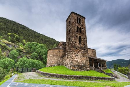 Capilla en Pirineos, Andorra en día nublado Foto de archivo - 80554336