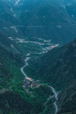 ピレネー山脈でアンドラ、夜に蛇の道