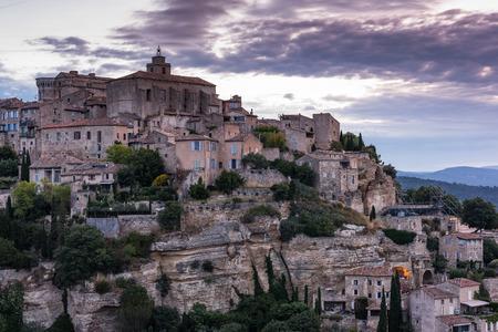 프랑스, 프로방스의 Gordes 아름다운 마을에서 일출 스톡 콘텐츠