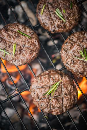 トップ ビュー、牛肉のバーベキューの炎のハンバーガー。 写真素材