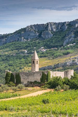 Hrastovlje, 슬로베니아에서 거룩한 트리니티 교회에 언덕에서 볼