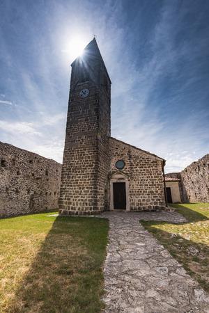 슬로베니아 Hrastovlje에있는 거룩한 트리니티 교회.