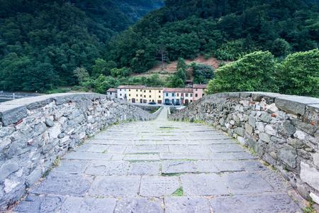 トスカーナ、イタリアでマッダレーナ橋を歩いてください。 写真素材