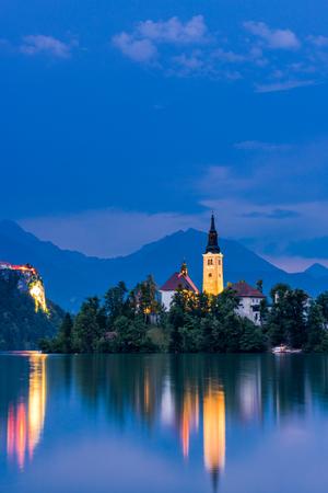 Verlichte kerk op Bled-meer in Slovenië. Stockfoto
