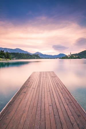 、スロベニアのブレッド湖に続く木のデッキ。 写真素材