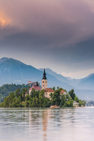 Church of the Assumption of Mary on Bled Lake in Slovenia. Imagens - 81575276