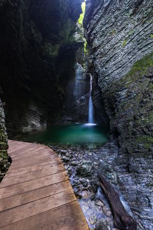 コジャク スロベニア ジュリアン アルプスでの滝によって木造のパッチ。 写真素材