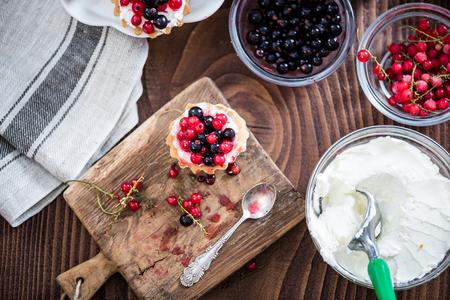 Eigengemaakte bes scherpe pastei op houten lijst, met ingrediënten.