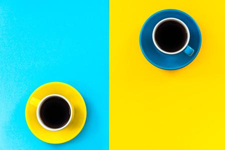 Flaches Lay-Design mit minimalistischem Muster, Kaffeetassen. Standard-Bild - 83102365