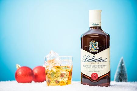 タルヌフ、ポーランド â €「2017 年 8 月 21 日お祝いクリスマスの装飾の雪山でバランタイン スコッチ ウイスキー ブートル