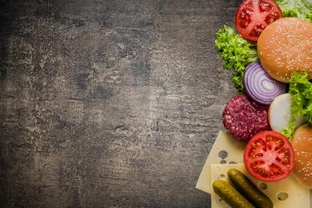 restaurant menu, hamburger ingrediënten en kopie ruimte. Donkere leisteen van bovenaf.