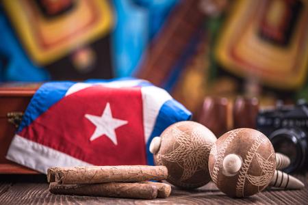 나무 테이블에 쿠바 관련 항목.