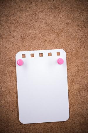 空のボードに pined て空白いメモ カード 写真素材