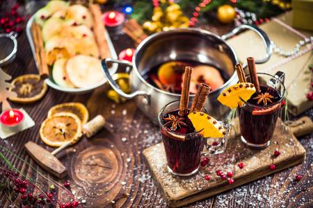 Gekruide warme feestelijke rode wijn van Kerstmis. Stockfoto