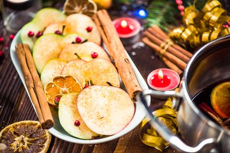 Gekruide appels met kaneel op feestelijke tafel van Kerstmis. Stockfoto