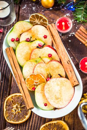 Gekruide appels geserveerd met Kerstmis.