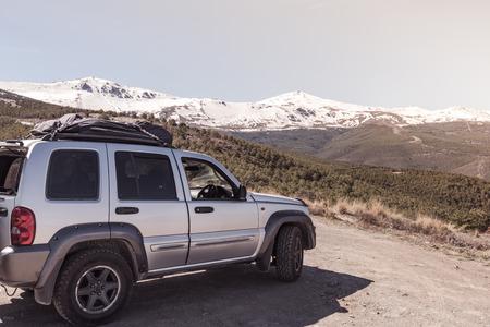 Wegrexcursie naar de wildernis in het hooggebergte.Roadtrip op onontdekte plaatsen buiten de gebaande paden.
