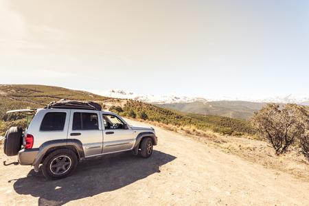 荒野に遠征。打たれたトラックを離れて未知の場所で道路の旅行。 写真素材