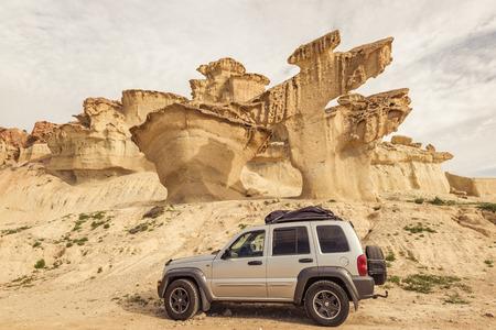 砂漠、道路旅行コンセプトの道車。打たれたトラックを離れて未知の場所で道路の旅行。 写真素材