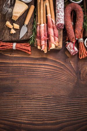 나무 막대 테이블에 정통 스페인어 tapa입니다. 공유 음식. 스톡 콘텐츠