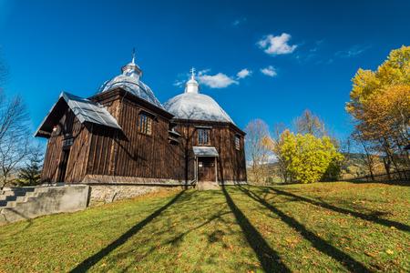 Igreja de madeira ortodoxa em Michniowiec, Bieszczady, Polônia. Um dos muitos localizado nas montanhas dos Cárpatos.