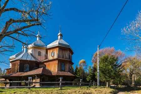 Bystrem, Bieszczady, 폴란드에서 정교회 목조 교회. 카르 파티 아 산맥에 위치한 많은 중 하나.
