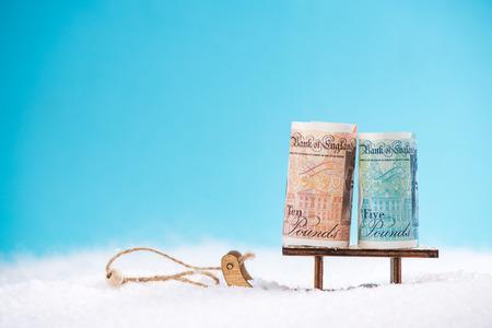 雪のそりに英国のポンド。