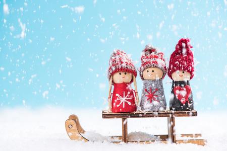 Bambini felici e divertenti sulla slitta di neve.