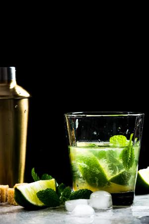 Freshly made refreshing Mojito cocktail. Zdjęcie Seryjne