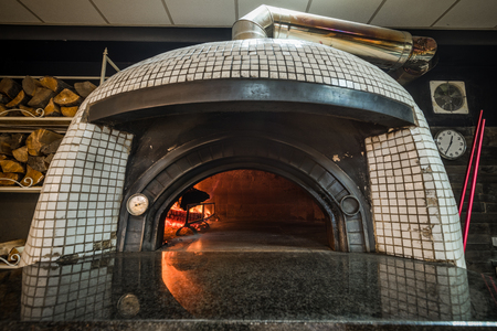 Traditional woodfired pizza oven. Banque d'images