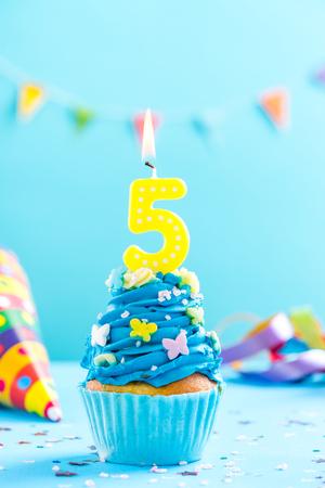 Cinquième cinquième anniversaire gâteau avec bougie et pépites. Maquette de carte.
