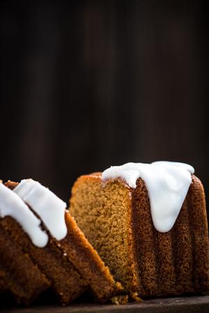 家族と共有するためのイースターケーキをスライス。