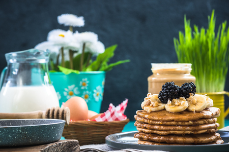 Spring brunch, pancakes with fresh fruits Stok Fotoğraf - 93154385