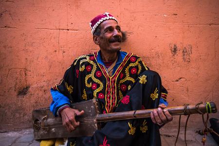 Marrakech, Marokko - januari 2018: TStreet-muzikant in traditionele kleding uitvoeren op straat