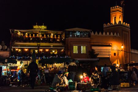 밤에 Jamaa 엘 Fna 시장 광장에서 마라 케시, 모로코 -1 월 2018 : 모로코 베르베르 동화 이야기. 에디토리얼