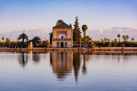 Padiglione Saadian, giardini Menara e Atlas a Marrakech, Marocco, Africa al tramonto. Riflesso d'acqua Archivio Fotografico - 95785575
