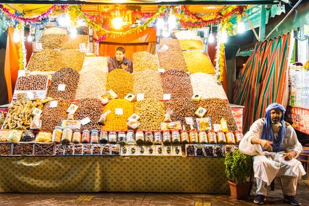 マラケシュ、モロッコ - 1月2018:モロッコジェマエルフナ市場広場で果物やスパイスの販売。