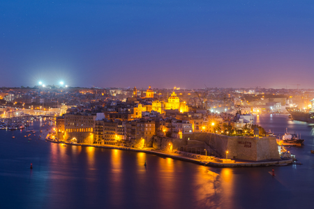 Senglea and Three Cities and Grand Harbor in Malta at night. Imagens