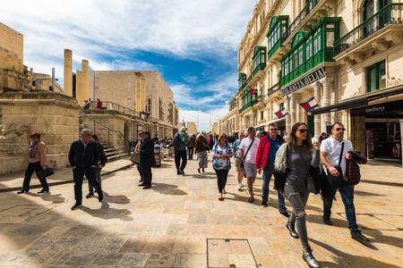 VALLETTA, MALTA - MARCH , 2018: Shoppers and tourist walking on European Culture Capital Valletta in Malta Banco de Imagens - 98939003
