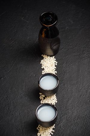 日本酒ウォッカとライス、コピースペース。