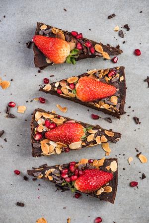 Sweet chocolate brownie slices, top view. 版權商用圖片 - 99461783