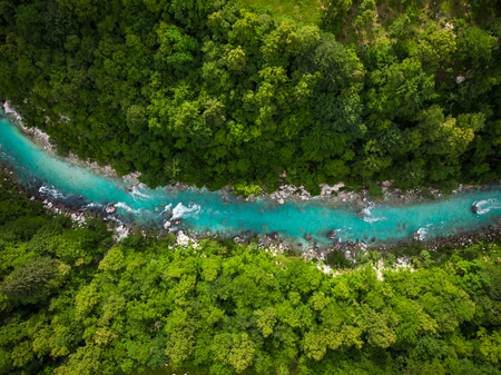 Fluss Soca, der durch Wald schneidet, Slowenien. Drohnenfoto.
