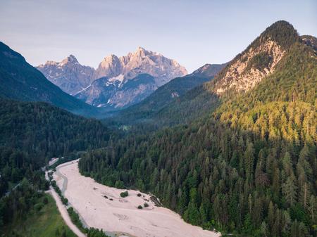 Zonsopgang in Julische Alpen, Slovenië, luchtfoto drone weergave. Stockfoto