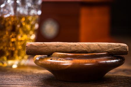 Cuban cigar on vintage ashtray 写真素材 - 104925215