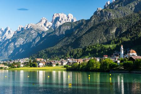 Bellissimo villaggio di montagna paesaggio di Villapiccola e il Lago di Auronzo ad Auronzo di Cadore, nel nord Italia. Natura e paesaggio panoramico della campagna.