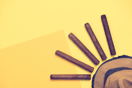 Straw panama hat and cuban cigars flat lay, vacations conceptual design Banco de Imagens